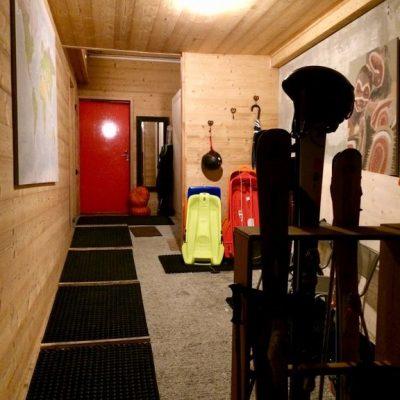 23 - Garage en hiver rangement skis à l'entrée et chauffe-chaussures sur la droite4bb4f234-a689-4491-a932-ff05b6c03d82.f10