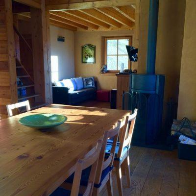 3 - Poêle à bois entre coin repas et coin détente